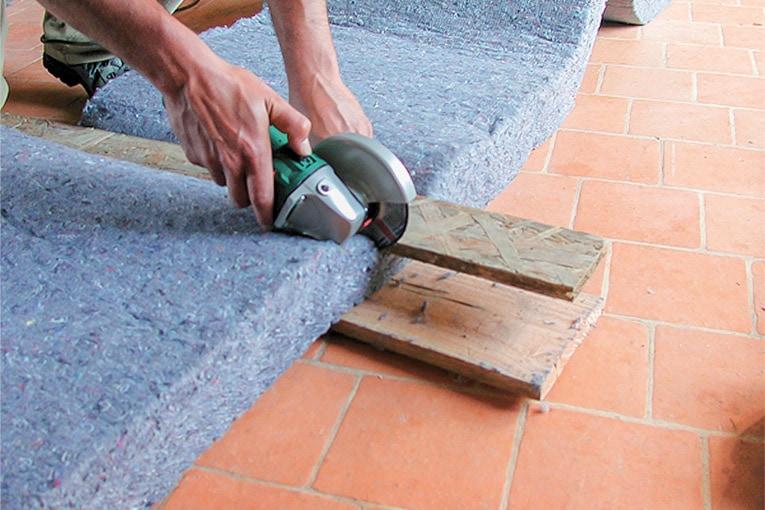 La découpe des panneaux peut être mécanisée ou réalisée à l'aide d'un couteau à isolant. [©Le Relais / Métisse]