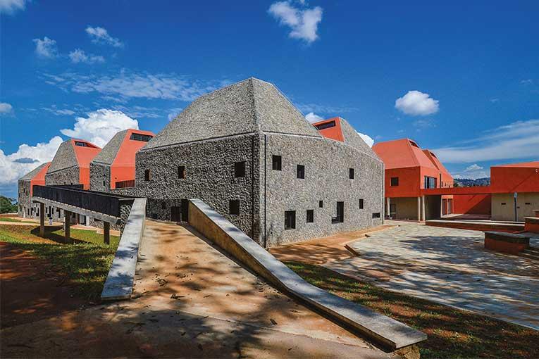 La terre crue, la pierre volcanique et le béton brut composent Faculty of Architecture and Environmental Design Kigali.  [©S&AA]