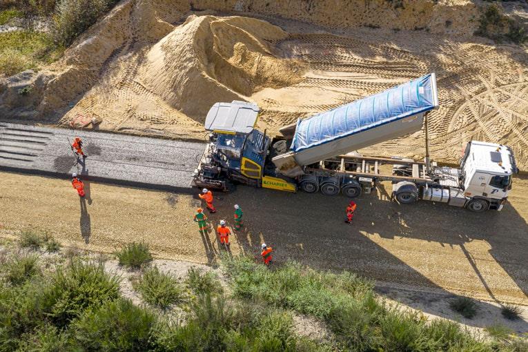 Mise en œuvre du béton routier compacté au rouleau Rolltec de LafargeHolcim [©LafargeHolcim]