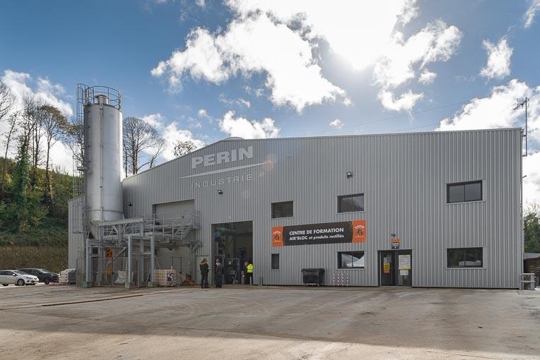 La nouvelle usine Air'Bloc de Périn & Cie s'inscrit sur un terrain de 3 ha. A gauche, l'unité de production et d'injection de mousse minérale isolante.  [©ACPresse]