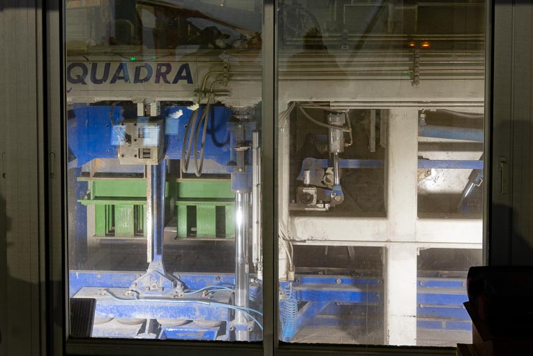 Après leur fabrication, les blocs béton (à gauche) séjournent durant 12 h dans le sécheur. Et 24 h supplémentaires, une fois leurs alvéoles remplies de mousse minérale isolante (à droite). [©ACPresse]
