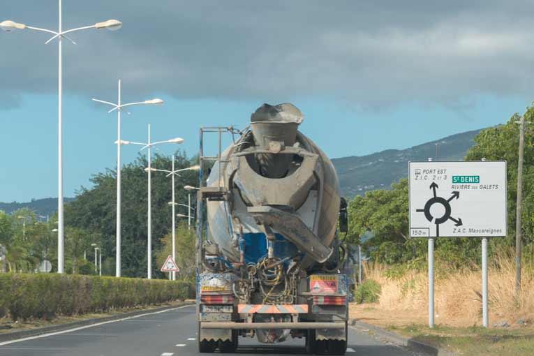 Du fait d'un centre de gravité déplacé vers le haut, le risque de  renversement d'un camion-toupie reste élevé, en particulier dans les virages au niveau des ronds-points.  [©ACPresse]