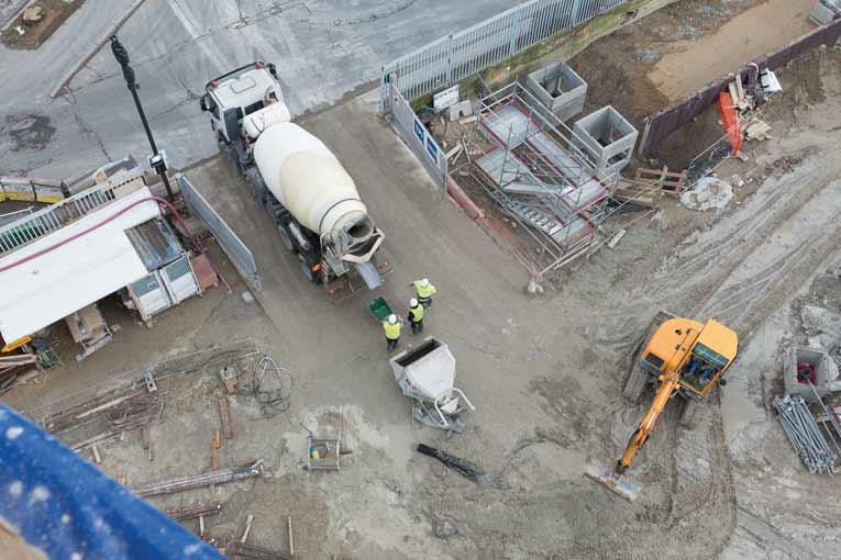 Les conducteurs qui livrent le béton sur chantier doivent bénéficier de conditions de sécurité normales et disposer d'abords stabilisés et fiabilisés. [©ACPresse]
