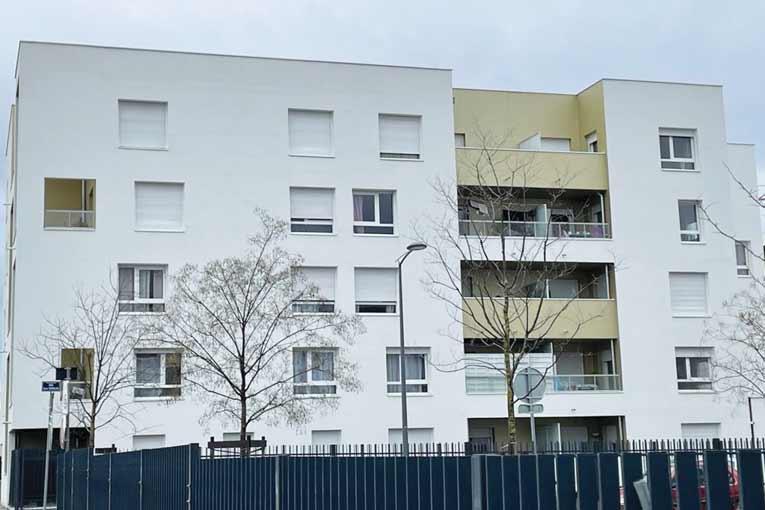 Chantier de lasure béton en façade réalisée avec Basagac Frères et Sikkens Solutions à Pierre Bénite (69).  [©RGD]