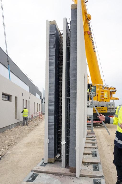 Le bâtiment (usine et espace de stockage) de 5 000 m² et la chambre de durcissement chauffée, de 1 000 m² disposent d'une ossature en prémurs à isolation intégrée doté d'un isolant Hirsch. [©ACPresse]