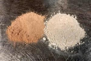 Echantillons de métakaolins commerciaux. [©Bouygues]