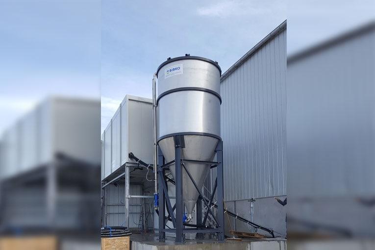 Des systèmes de recyclage pour la préfabrication sont disponibles, comme ici, pour le traitement des eaux d'un atelier de polissage. [©Bibko]