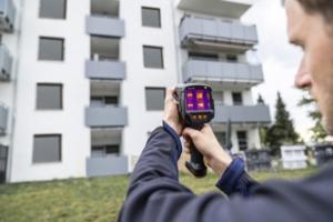 La caméra thermique Testo 883 voit tout et offre une assistance intelligente. [©Testo]