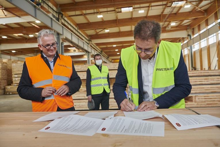 Bouygues Bâtiment France Europe a signé un contrat-cadre avec Piveteaubois, pour la fourniture de panneaux de CLT labellisés Bois de France. [©JJ. Bernier / Bois de France]