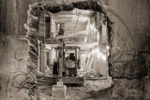 Axel Dahl a su capturer l'âme du lieu. C'est cette démolition qu'a voulue immortaliser l'architecte Axel Schoenert, grand collectionneur de photographies d'architecture. Et c'est le photographe qui a capté ces instants. [©Axel Dahl]