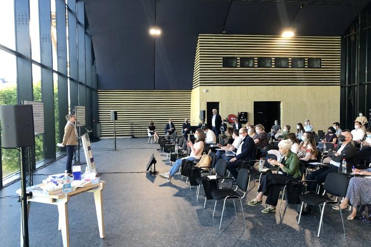 Nicole Valkyser, organisatrice du Forum International Bois Construction, accueille une trentaine de journalistes lors d'une conférence de presse diffusée à plus de 5 000 participants. [©JT]