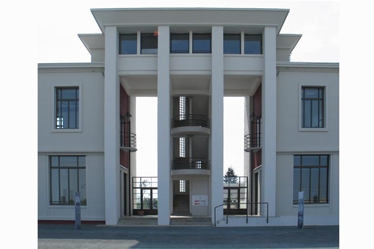 Le bâtiment se divise en trois entités autonomes: deux ailes, séparées par un porche saillant. [©BLM]