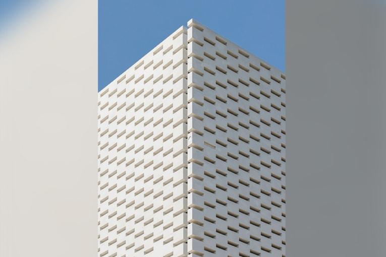En référence à la brique, matériau traditionnel de la région toulousaine, les panneaux sont multi-perforés de rectangles de la taille d'une... brique.  [©AMM/Christophe Picci]