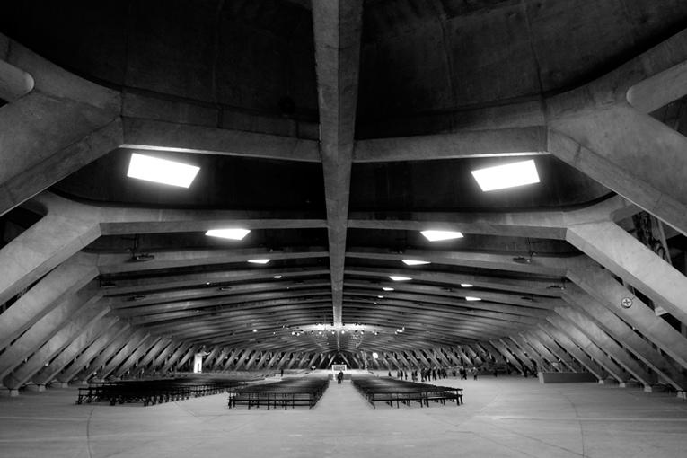 Sous sa voûte supportée par une série de 29 portiques en béton précontraint, la Basilique Saint-Pie X est en mesure d'accueillir quelque vingt milles fidèles.  [©BLM]