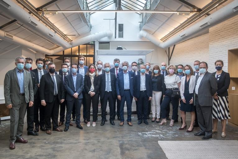 Les représentants des 26 entreprises signataires de l'éco-organisme Valobat, pour le recyclage des déchets du bâtiment. [©Valobat]