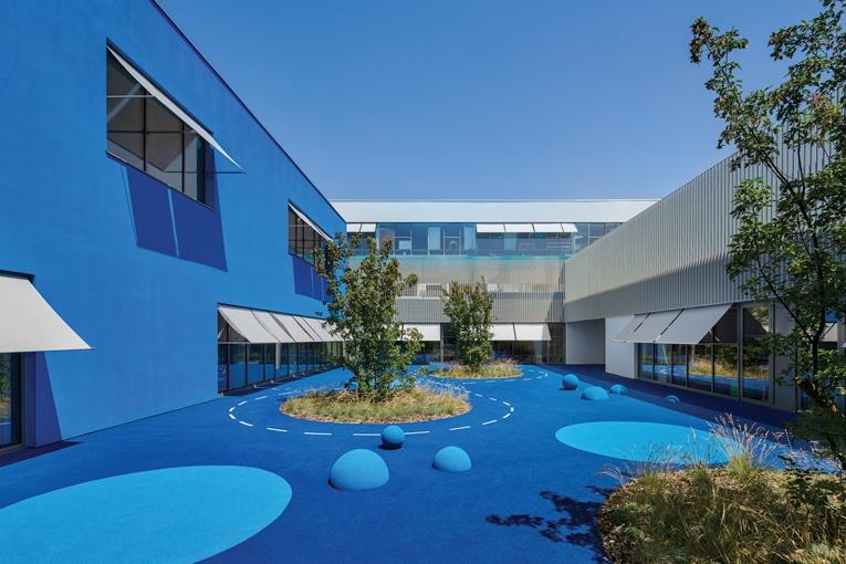 En fonction du temps, les couleurs évoluent donnant ainsi un mouvement au bâtiment. [©Eugeni Pons]