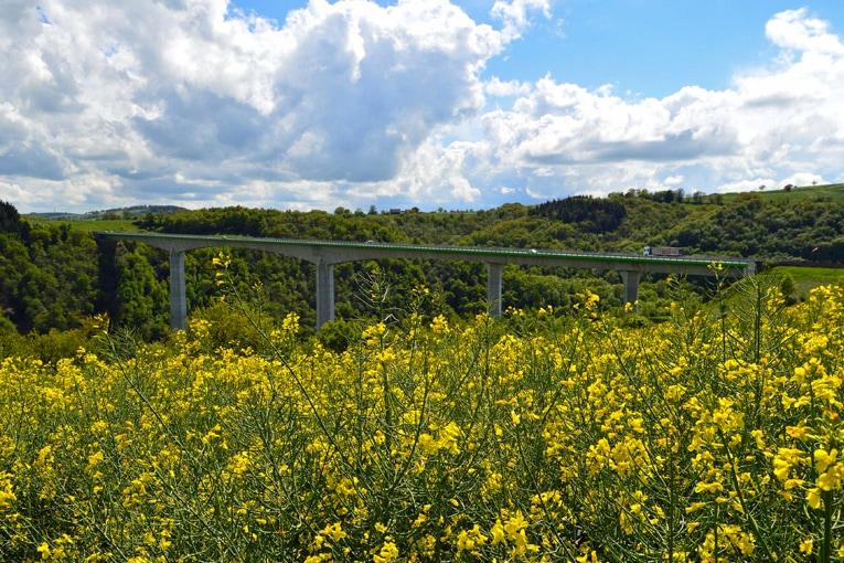 En 2000, c'est Spie Batignolles qui a construit le viaduc autoroutier en béton qui franchit la vallée du Viaur quelques centaines de mètres en aval. [©DR]