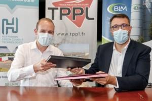Julien Blanchard, co-fondateur d'HGCT, et Christian Lecloux, DG de Carrières Nivet, lors de la signature du partenariat entre leurs deux entreprises. [©HGCT]