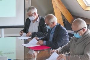 Jean-François Plée (Plée Constructions), Max Garcia (Garcia Frères) et Nicolas Sarrasin, directeur agence de LafargeHolcim Bétons Pays de Loire, lors de la signature du partenariat. [©LafargeHolcim]