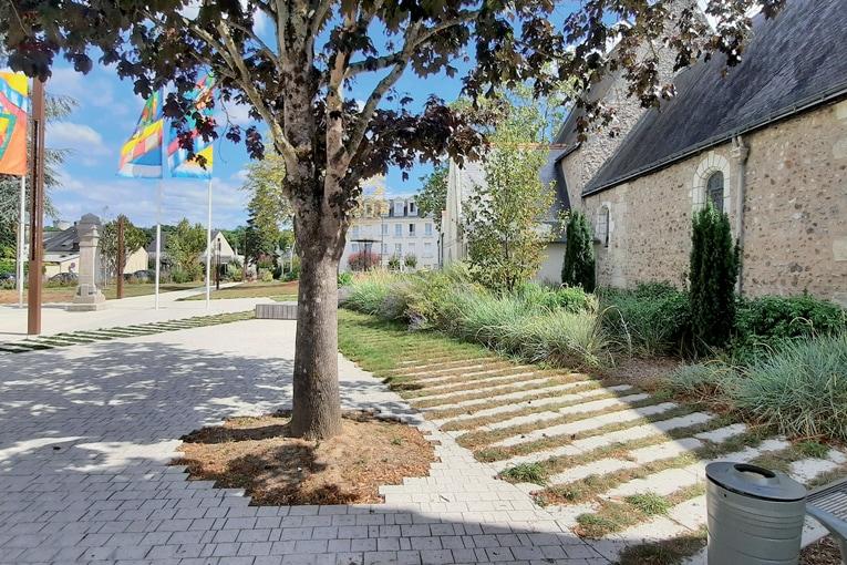A Chamblay-lès-Tours, les bétons préfabriqués de sol savent se faire oublier, en s'intégrant à leur milieu naturel... [©GSL]