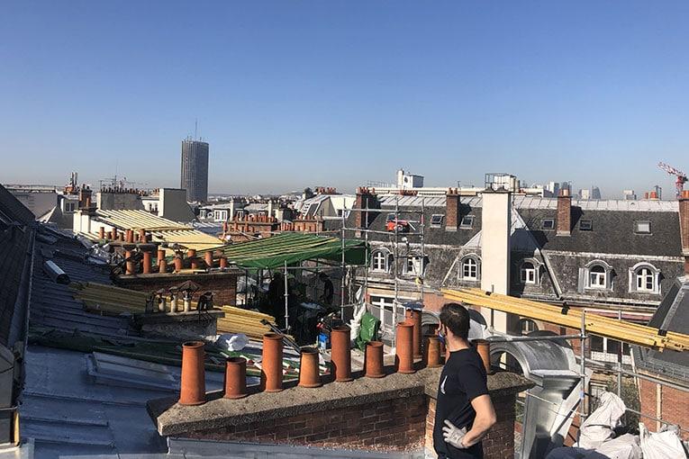 Le Méhauté, Compagnons du Devoir, est en charge de la rénovation des toitures d'un immeuble haussmannien, dans le XVIIe arrondissement de Paris. [©ACPresse]