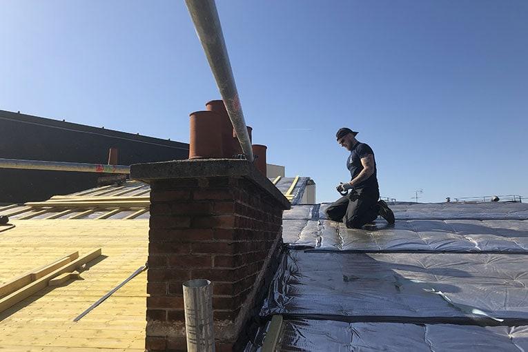 """Les panneaux minces d'Actis pour l'isolation des toitures sont """"fermés"""" par une bande adhésive. [©ACPresse]"""