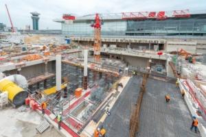 """Les travaux sont réalisés en """"top & down"""". Une dalle de 1,50 m d'épaisseur (visible à droite) fait l'interface entre le chantier de la gare, en sous-œuvre et celui du parking, en superstructure. [©ACPresse]"""