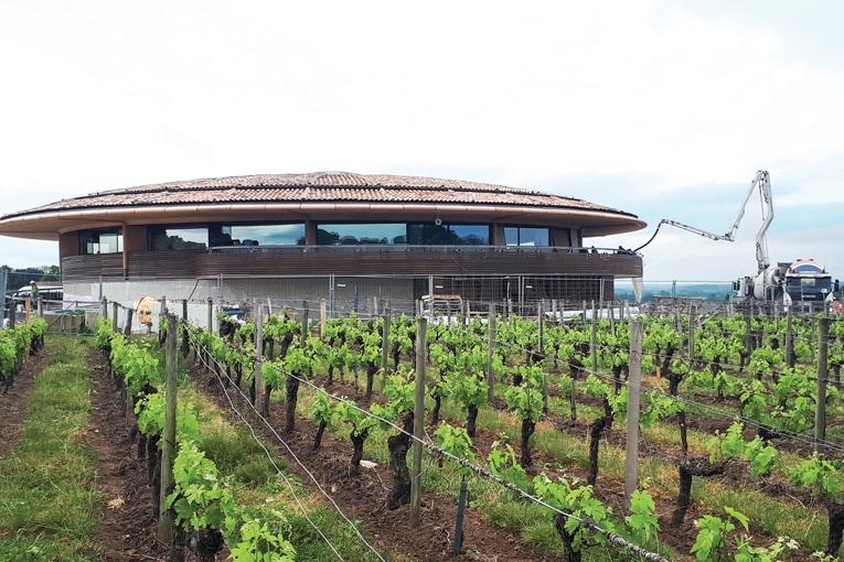 Pour la conception d'un chai pour Cabernet Franc à Bordeaux (33), imaginé par les architectes de Foster + Partners, Cemex a livré 72 m3 de bétons Nuantis Minéral option Vertua Plus. La formulation choisie permet de réduire de 40 % l'empreinte carbone du béton. [©Photothèque Cemex]