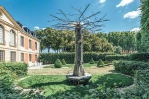 L'œuvre d'Eva Jospin Capriccio est une structure arborescente, incluant une assise en base, ornementée par l'artiste. [©Camille Lemonnier]