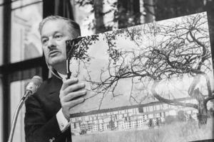 Raymond Camus présente à Vienne ses procédés de préfabrication. Il tient entre se mains la photo de la cité Barhen construite pour les houillères du bassin de Lorraine. [©Archives Michel Camus]
