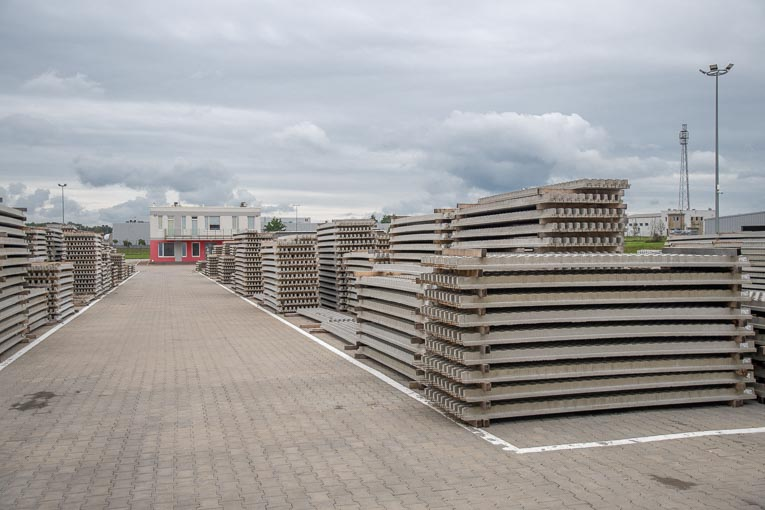 L'usine Rector de Mszczonów assure la préfabrication de poutrelles précontraintes, de poutres plates, de pré-linteaux et d'entrevous. [©ACPresse]