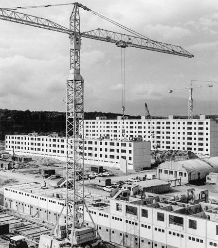 Construction de 948 logements à Sarrebruck, en Allemagne, selon les procédés Camus de préfabrication lourde (de mars à octobre 1963). [©Archives de Forbach]