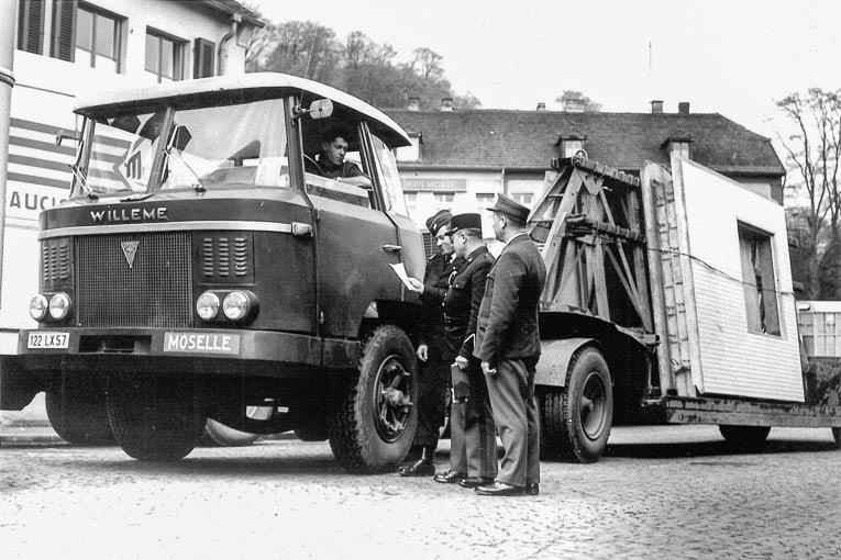 Un transport de panneaux Camus, préfabriqués à Marienau (57), passe le poste frontière franco-allemande de la Brême d'Or. [©Archives de Forbach]