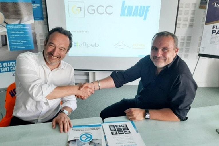 A gauche, Nicolas Perrin, président de Knauf Ile-de-France Ouest et Sébastien Félici, directeur d'exploitation GCC Réhabitat. [©DR]