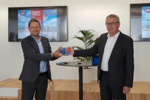 Patrick Dumoulin, président de Great Place to Work France, transmet la certification à Lionel Christolomme, président du directoire de Léon Grosse.