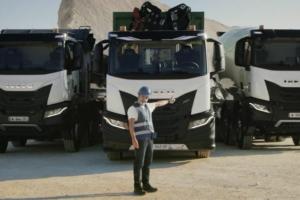 Bruno Solo devant les poids lourds Iveco, testé pour évaluer les caractéristiques des véhicules