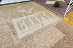 Logo Chryso gravé dans le béton.