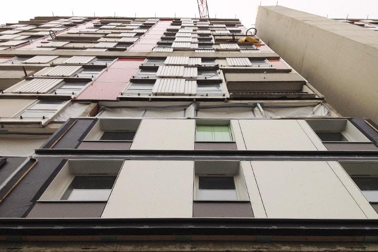 Résidence Arlequin à Grenoble a connu une opération de désamiantage et de remplacement des façades en site occupé, jusqu'à R+15. [©Techniwood]