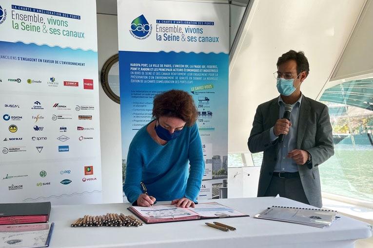 Signature de la Charte d'amélioration des ports par Florence Boutmy, directrice de Cemex Ile-de-France. [©Cemex]