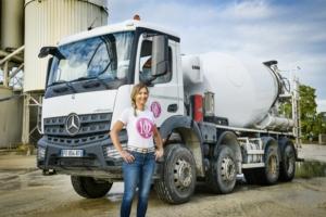 Sophie Doré avec son nouveau Arocs 3240 8x4 d'une puissance de 290 kW/396 ch
