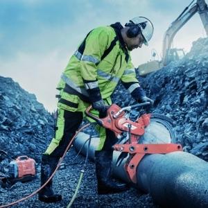 La pince serre-tuyaux Husqvarna facilite le sciage des tuyaux. [©Husqvarna]