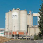 le producteur de bétons, de ciments et de granulats LafargeHolcim fermera ses bureaux de Paris et de Zurich. Sur la photo, la cimenterie Lafarge du Teil, en Ardèche. [©ACPresse]