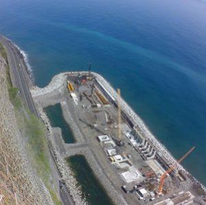 Spie Fondations travaille à la mise en place des pieux de culée du Viaduc de 5 400 m pour la Nouvelle Route du Littoral à La Réunion. [©Spie Batignolles]