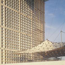 La Grande Arche de la Défense est un cube évidé en son centre de 112 m de long, 106,9 m de large, pour une hauteur de 112 m. Construite dans l'axe Est-Ouest parisien, elle est visible à travers l'Arc de Triomphe, depuis les jardins des Tuileries. [©Paul Maurer/Paul Andreu Architecture]