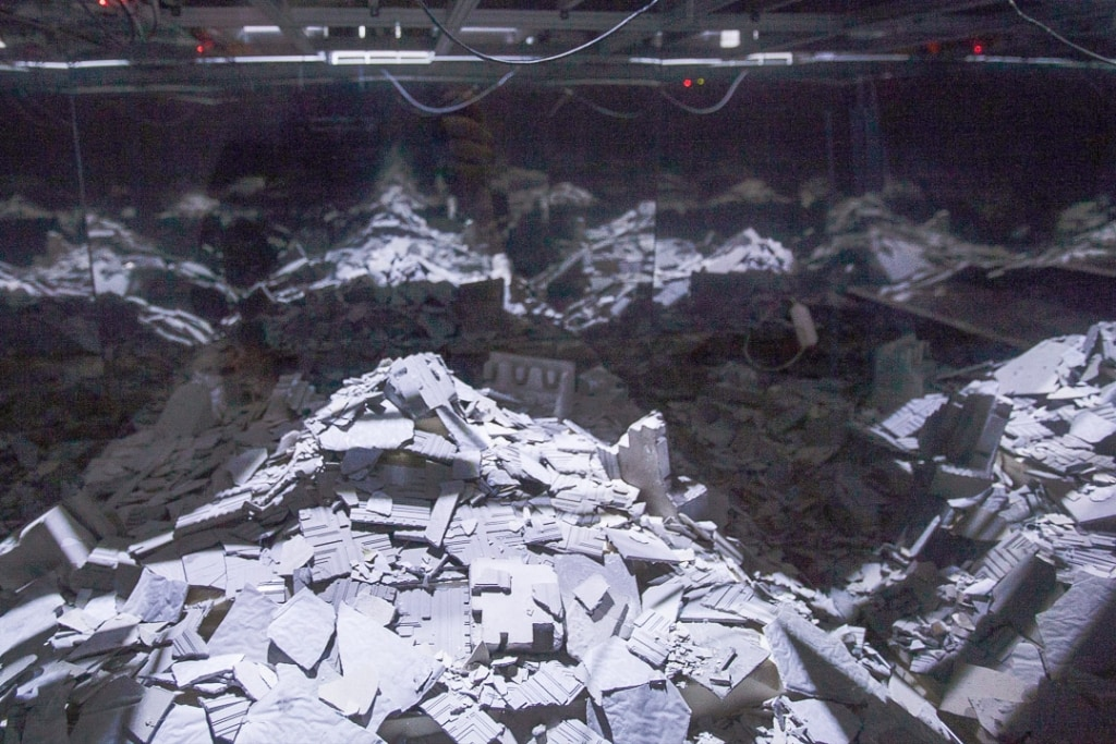 Le sous-sol de l'installation est composé de rebuts de cette architecture, qui s'effritent au gré de l'automate et forment des tumulus, des pyramides de déchets en béton.