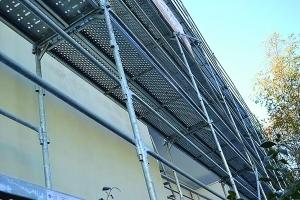 Pour les travaux d'enduits, les échafaudages sont maintenus proches des façades à traiter. Un arrêt net à chaque niveau dans l'enduit frais permet de rendre les reprises invisibles. [©Façades Bisontines]