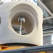 Le robot façonne la pièce spéciale de canalisation en béton.