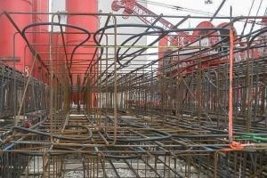 Les cages d'armatures des parois moulées intègrent un réseau de tubes géothermiques. [©DR]