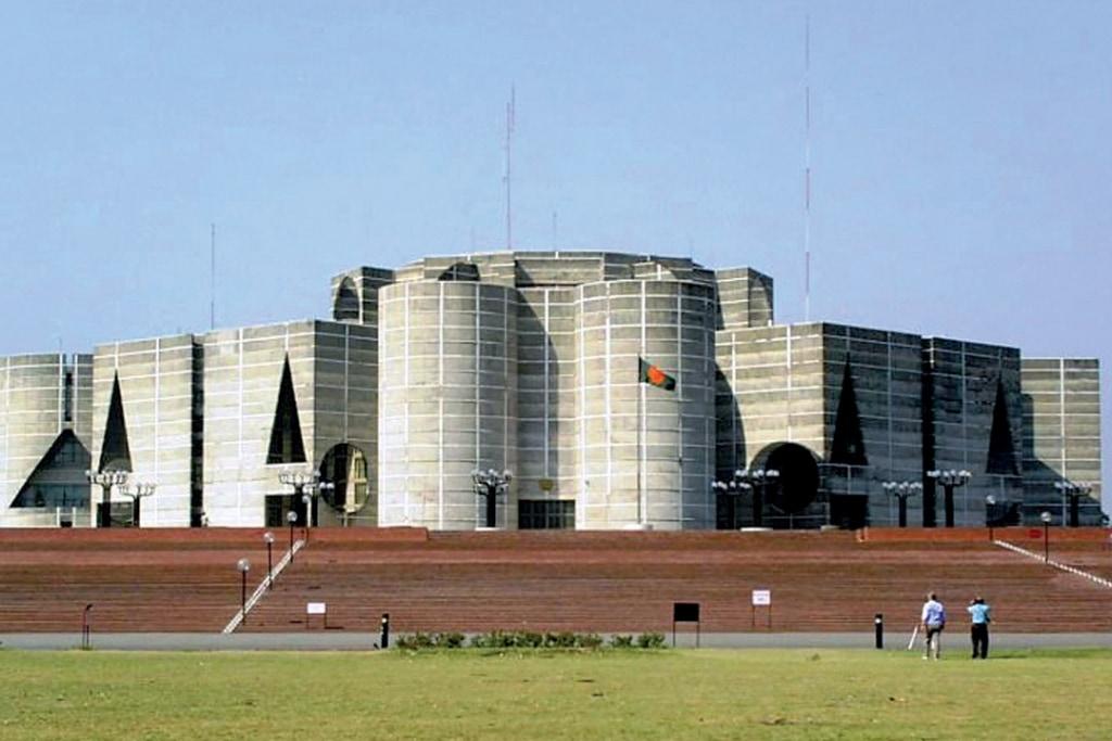 Le Capitole de Dacca, au Bangladesh, commencé en 1962, et terminé après la mort de Louis Kahn.