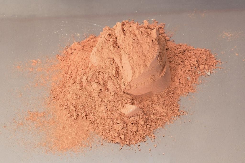Métakaolin flash issu du site de Fumel. Sa coloration rosée est due à une teneur faible en oxyde de fer (2,5 % environ). [©Argeco Développement]